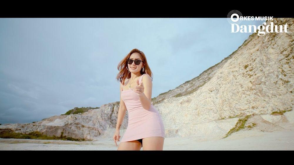 Vita Alvia - Glowing Ra Jaminan (Music Video)